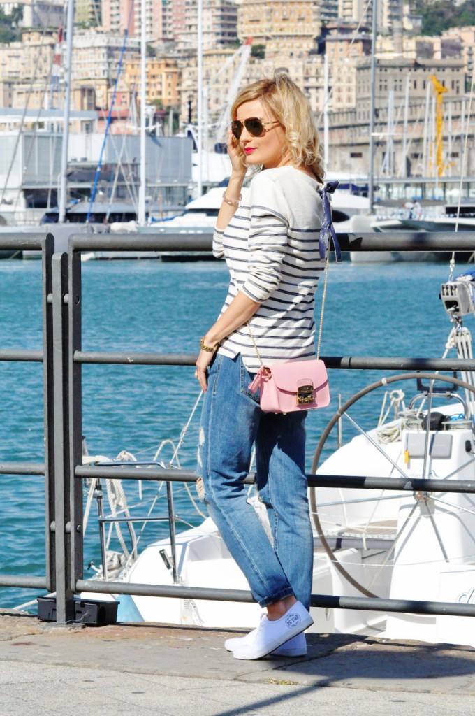 białe tenisówki i jeansy  stylizacja