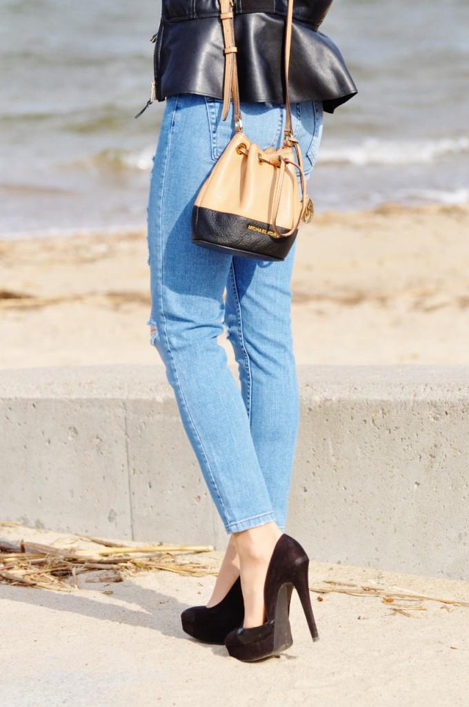 jeansy z dziurami nad morzem