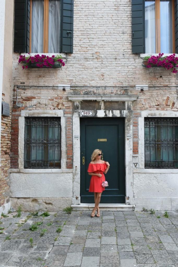 Wenecja ciekawe miejsca czerwona sukienka na wesele odkryte ramiona