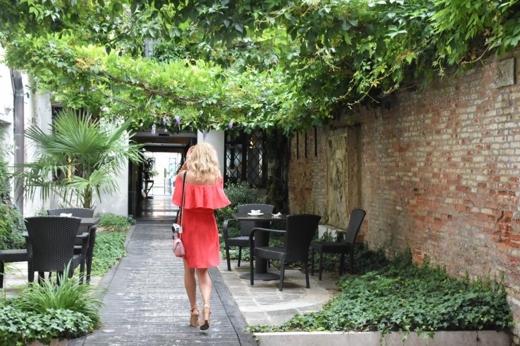 Wenecja ciekawe miejsca czerwona sukienka na wesele odkryte ramiona14