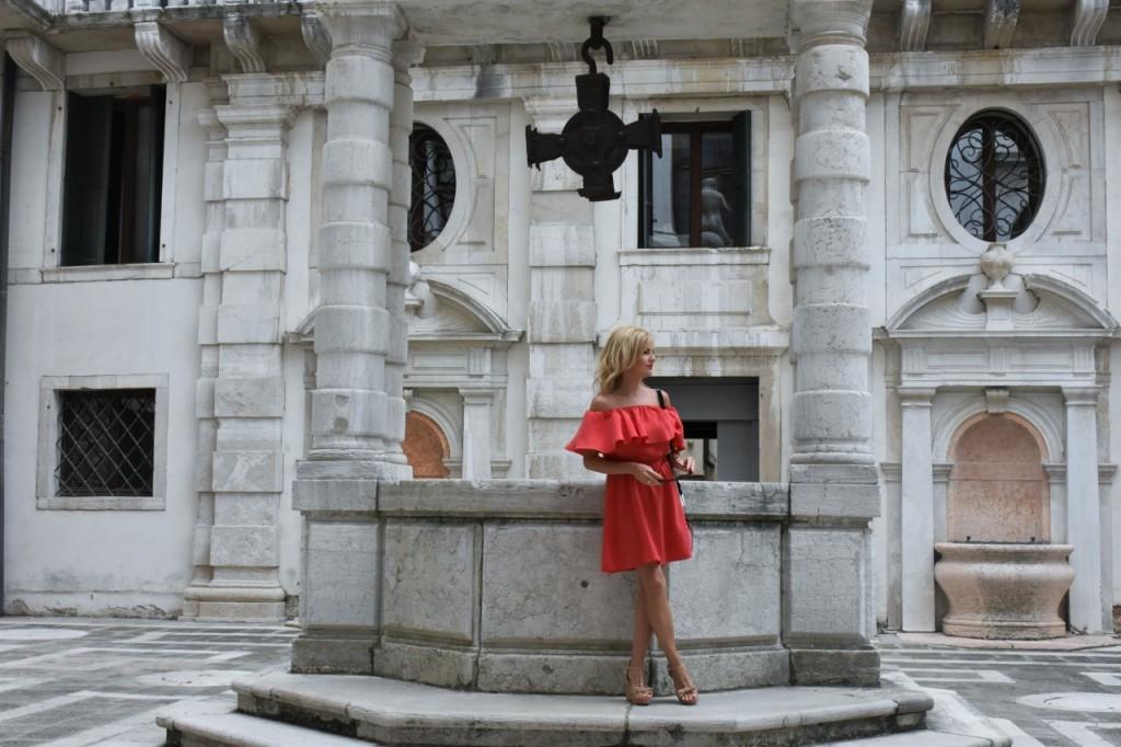 Wenecja ciekawe miejsca czerwona sukienka na wesele odkryte ramiona16