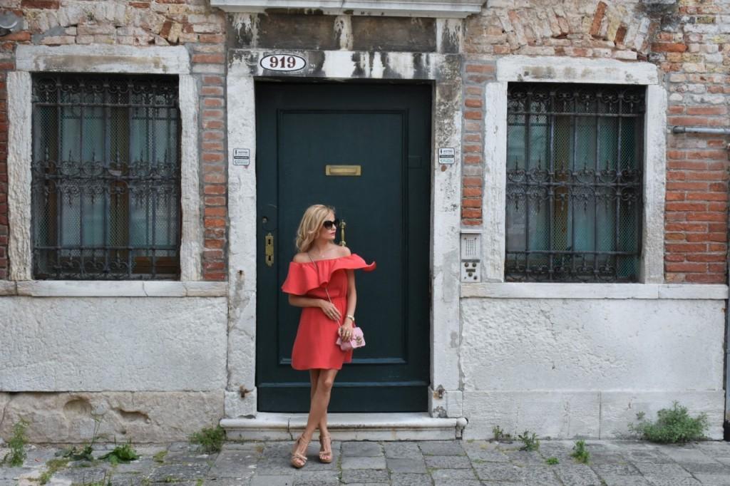 Wenecja ciekawe miejsca czerwona sukienka na wesele odkryte ramiona2