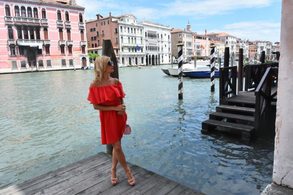 Wenecja ciekawe miejsca czerwona sukienka na wesele odkryte ramiona23