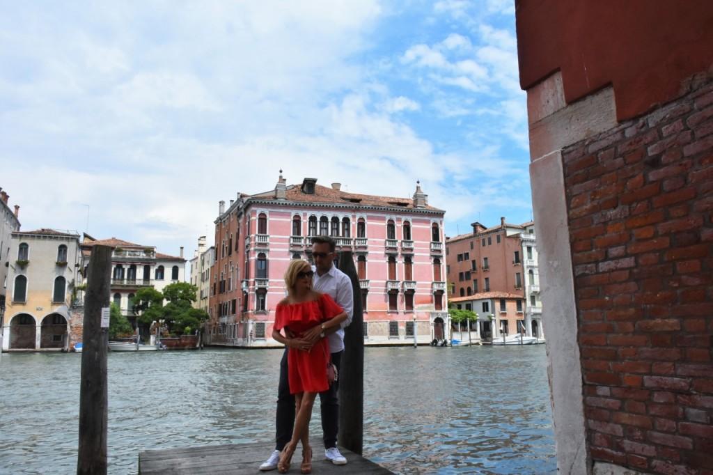 Wenecja ciekawe miejsca czerwona sukienka na wesele odkryte ramiona24