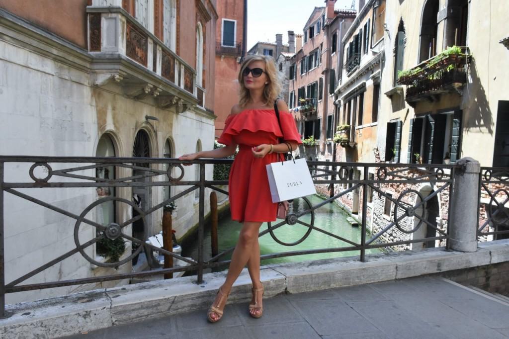 Wenecja ciekawe miejsca czerwona sukienka na wesele odkryte ramiona26
