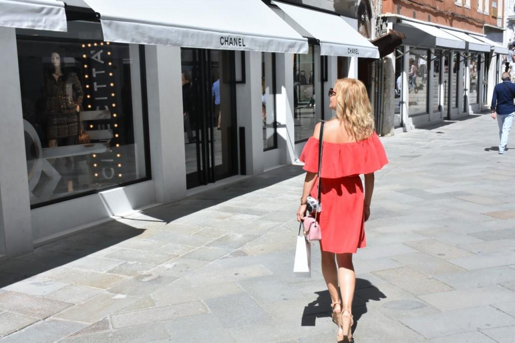 Wenecja ciekawe miejsca czerwona sukienka na wesele odkryte ramiona32