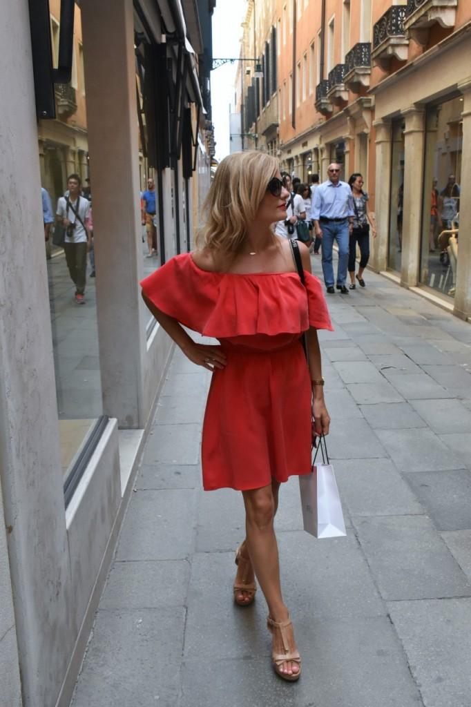Wenecja ciekawe miejsca czerwona sukienka na wesele odkryte ramiona33