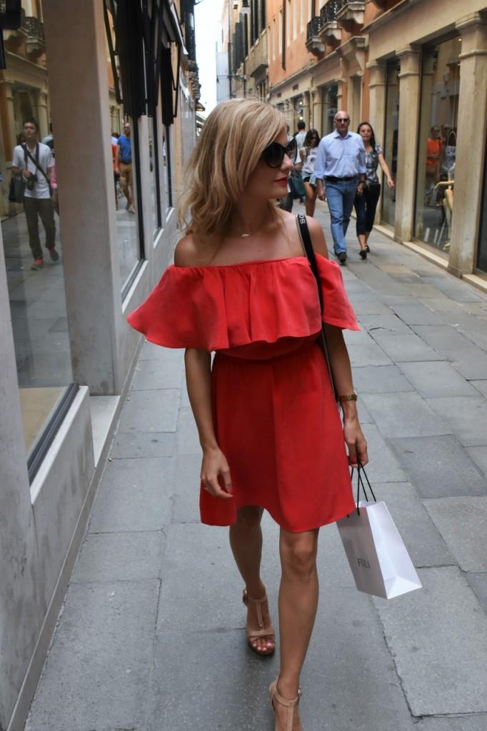 Wenecja ciekawe miejsca czerwona sukienka na wesele odkryte ramiona34