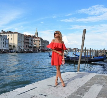 Wenecja ciekawe miejsca czerwona sukienka na wesele odkryte ramiona37