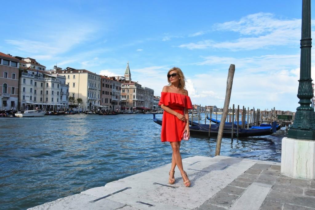 Wenecja ciekawe miejsca czerwona sukienka na wesele odkryte ramiona38