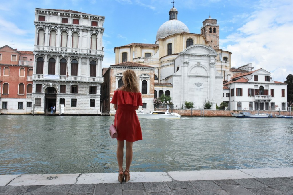 Wenecja ciekawe miejsca czerwona sukienka na wesele odkryte ramiona6