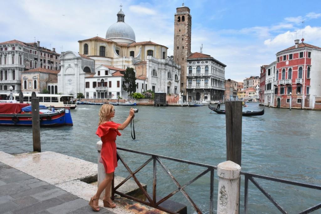 Wenecja ciekawe miejsca czerwona sukienka na wesele odkryte ramiona7
