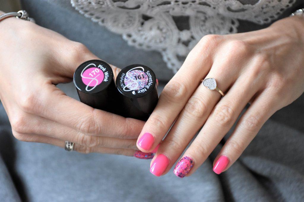 manicure hybrydowy fuksja 2 z brokatem semilac