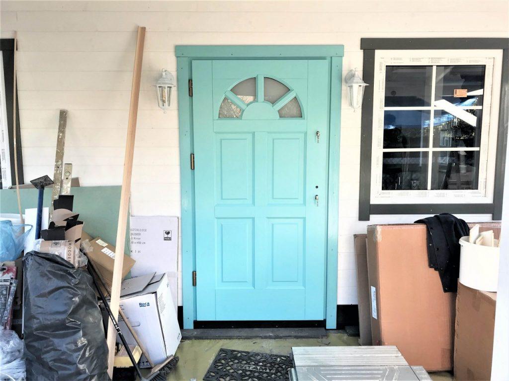 drzwi drewniane turkusowe