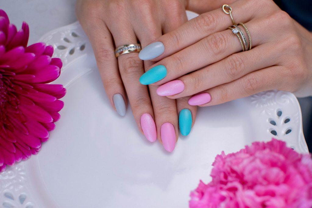 matowy manicure hybrydowy