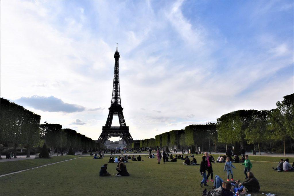 pola marsowe miejsce na piknik przy wieży eiffla