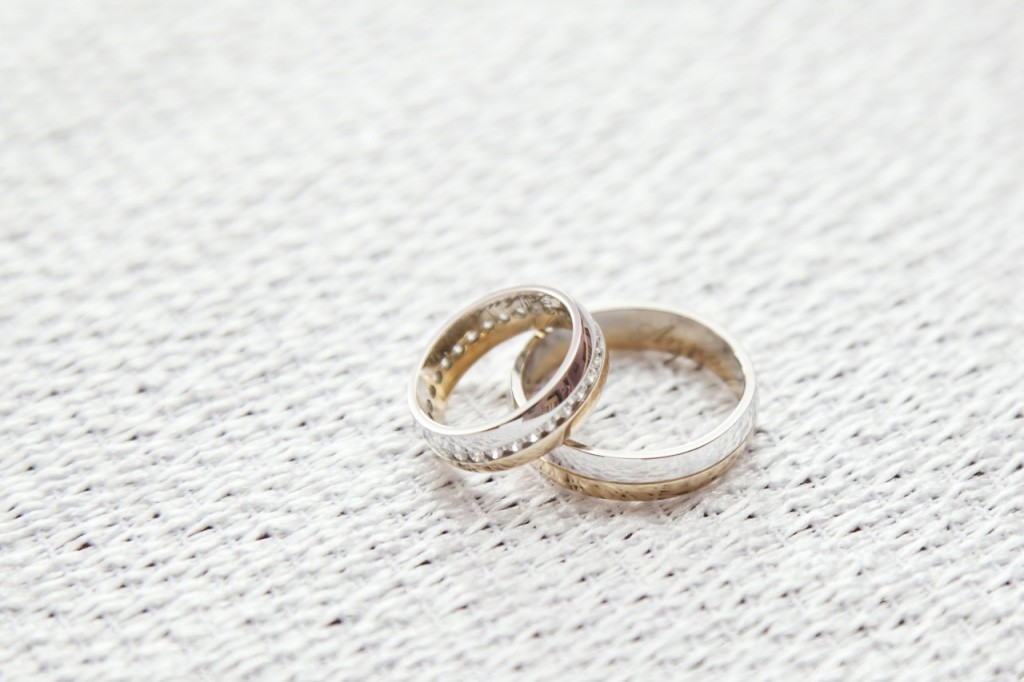 d31c95ea0c214f Jestem jednak zdania, że ślubne obrączki powinny mieć jakiś wspólny  mianownik:)