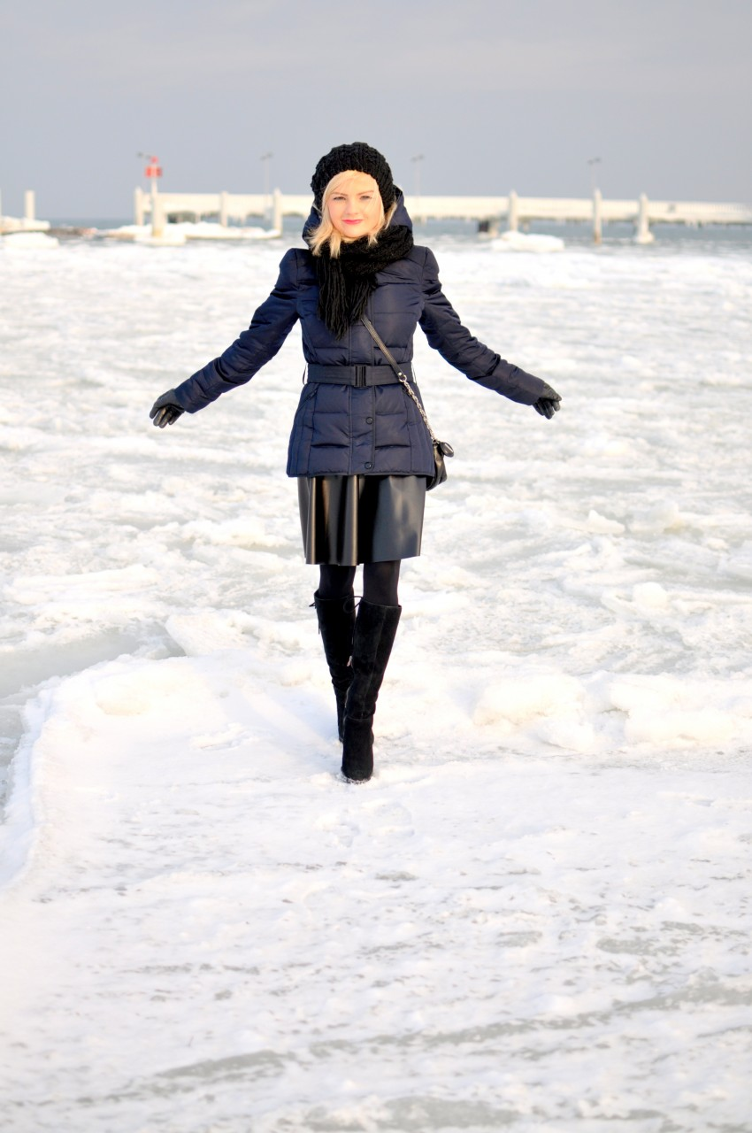granatowa kurtka promod zima  nad morzem