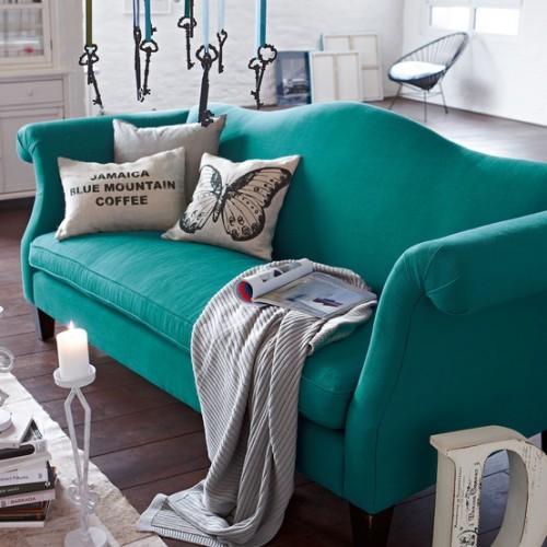 Dwie sofy trzyosobowe w | Jak ustawić sofę w salonie