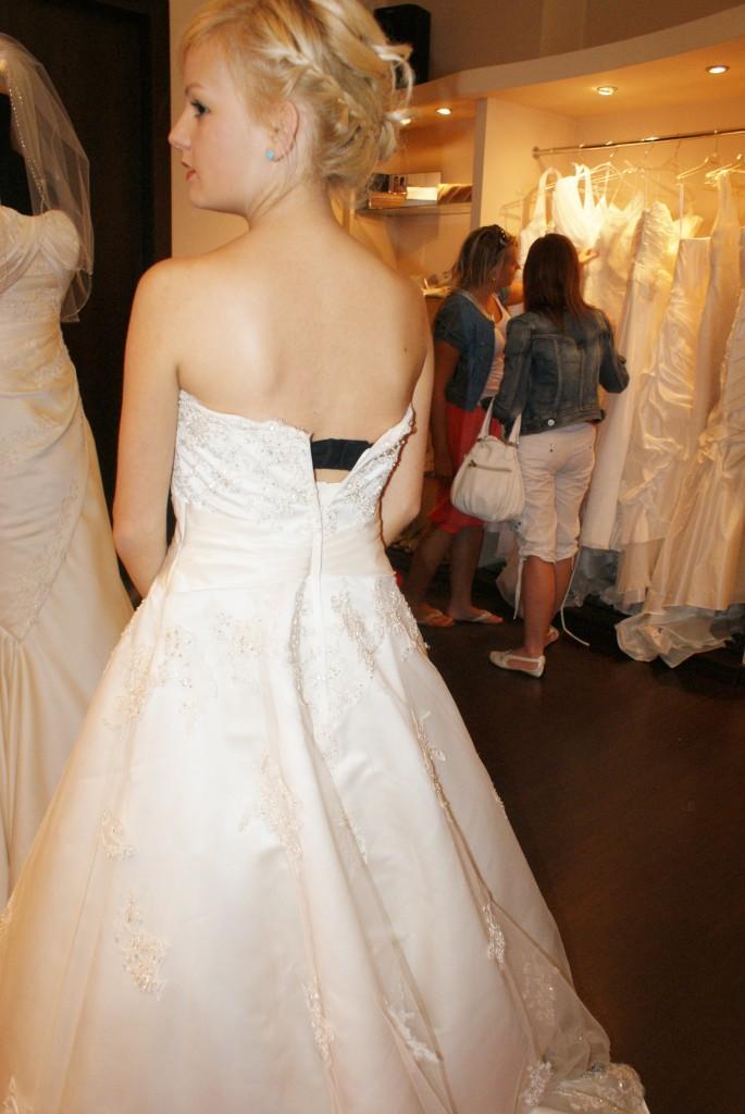 wybieramy suknbię ślubną
