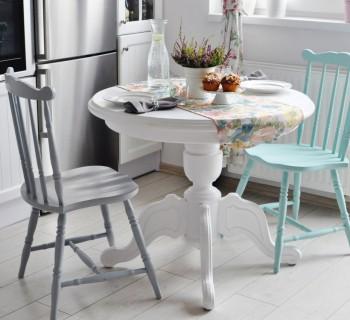 biały okrągły stół