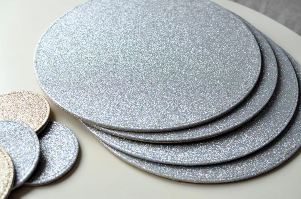srebrne podkładki na stół z brokatem next