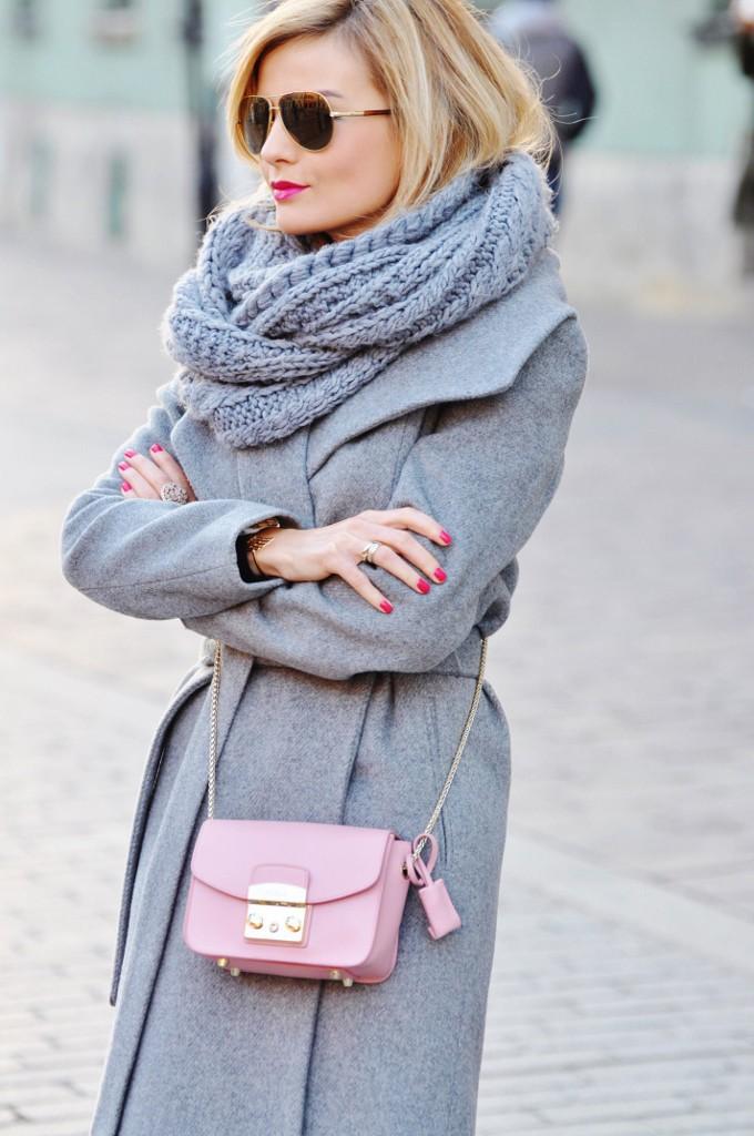 stylizacja ania zając szary płaszcz torebka furla pudrowy róż