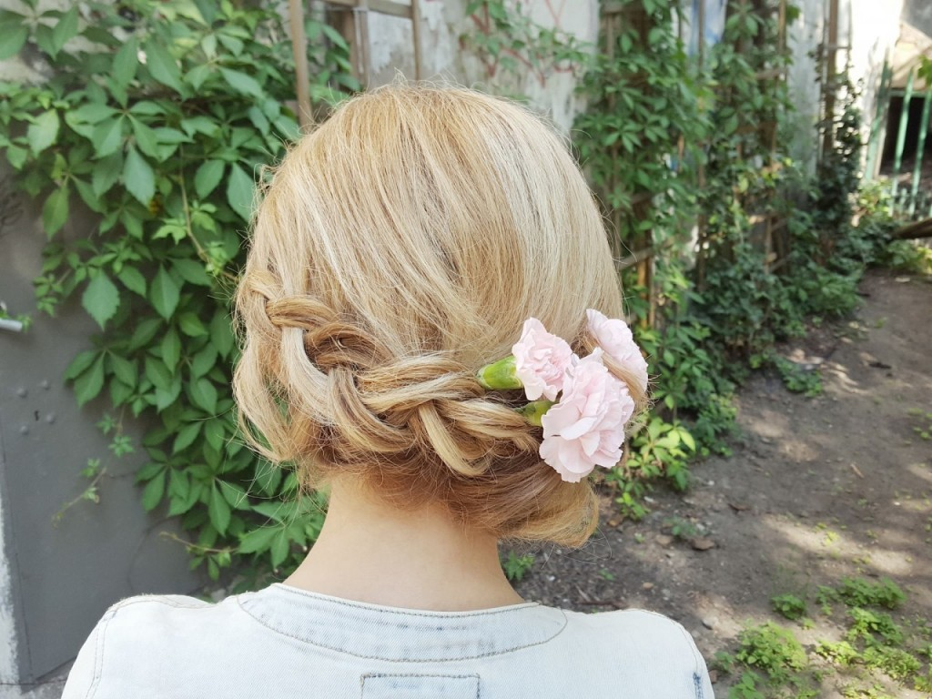 fruzura na wesele warkocz z żywymi kwiatami