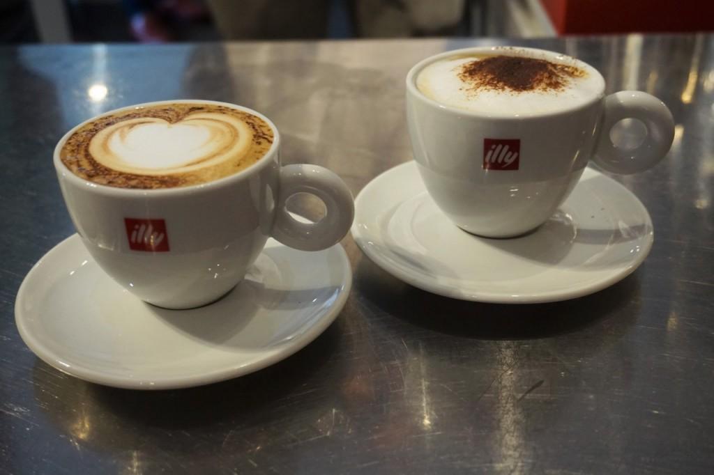 illy najlepsza włoska kawa filiżanki capuccino