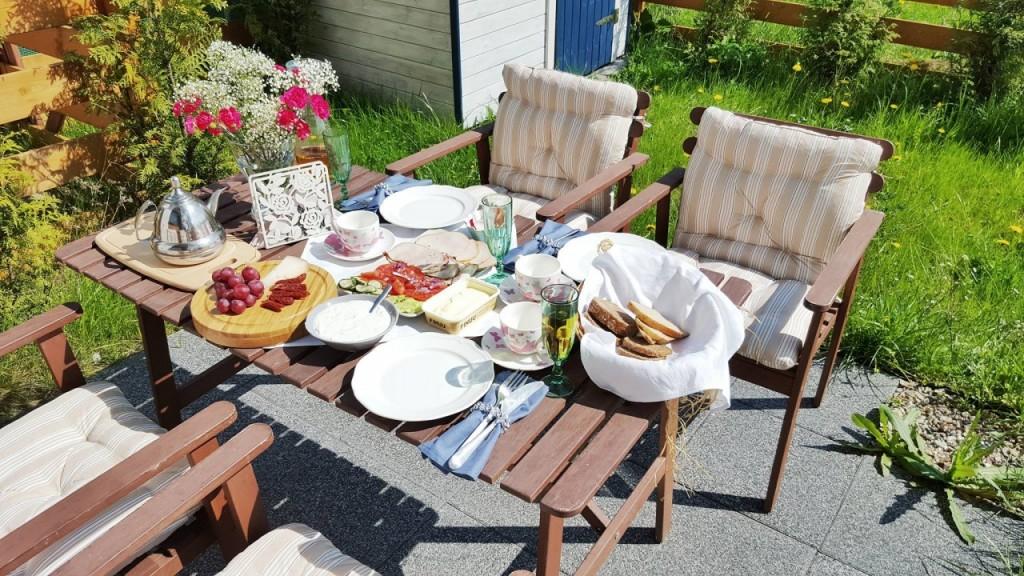 sniadanie w ogrodzie