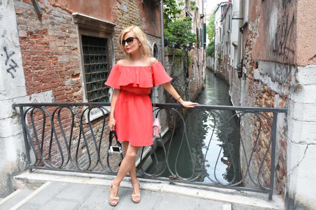 Wenecja ciekawe miejsca czerwona sukienka na wesele odkryte ramiona11