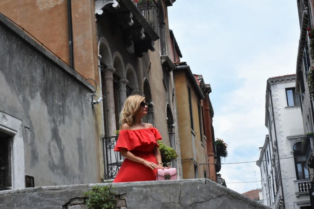 Wenecja ciekawe miejsca czerwona sukienka na wesele odkryte ramiona12