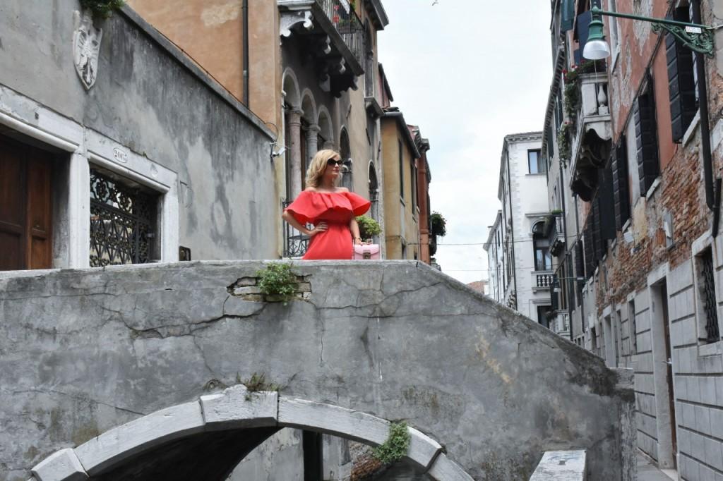 Wenecja ciekawe miejsca czerwona sukienka na wesele odkryte ramiona13