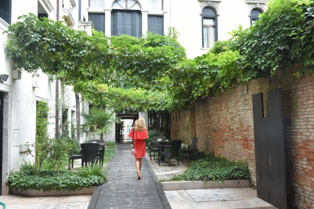 Wenecja ciekawe miejsca czerwona sukienka na wesele odkryte ramiona15