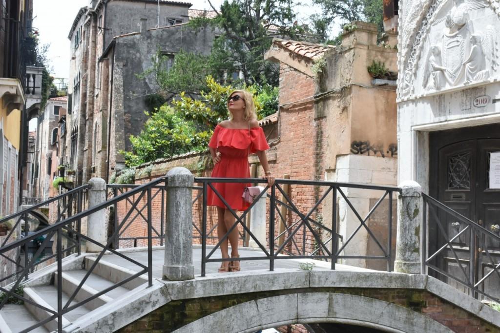 Wenecja ciekawe miejsca czerwona sukienka na wesele odkryte ramiona19
