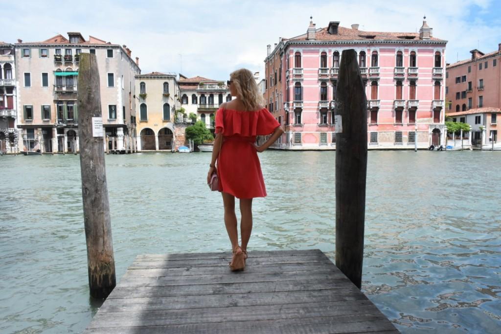Wenecja ciekawe miejsca czerwona sukienka na wesele odkryte ramiona20