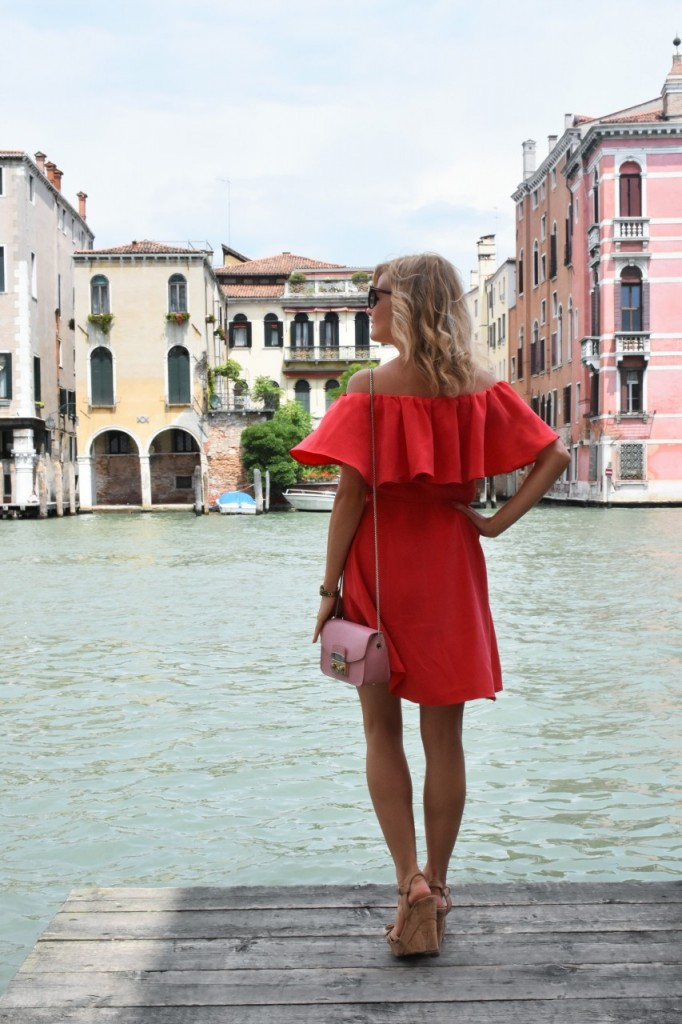 Wenecja ciekawe miejsca czerwona sukienka na wesele odkryte ramiona22