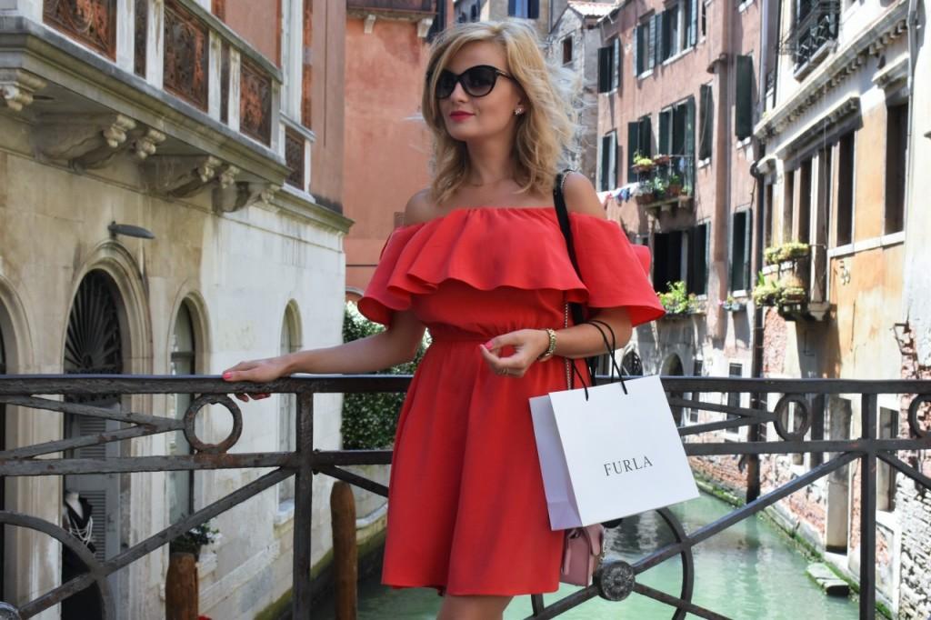 Wenecja ciekawe miejsca czerwona sukienka na wesele odkryte ramiona27