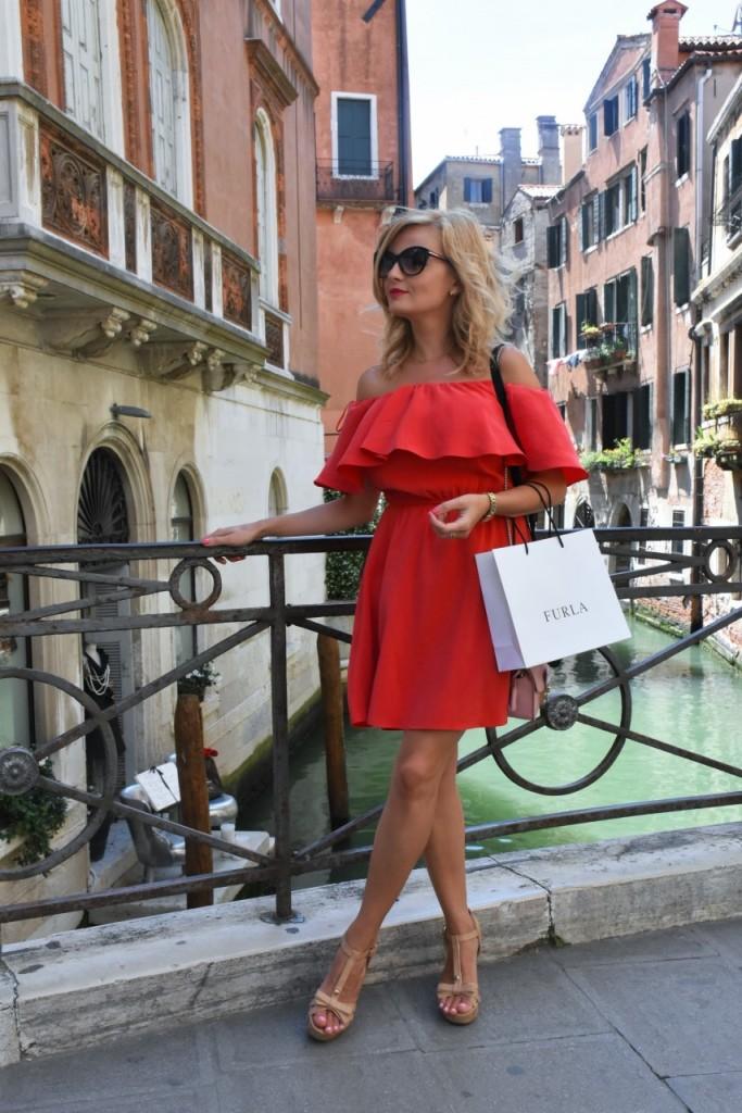 Wenecja ciekawe miejsca czerwona sukienka na wesele odkryte ramiona28