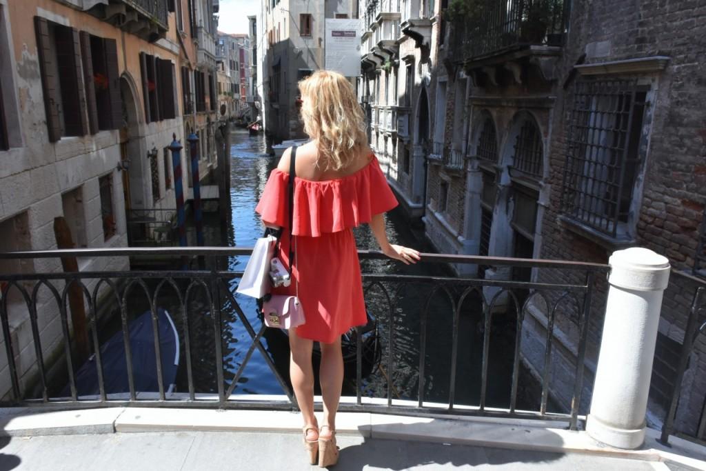 Wenecja ciekawe miejsca czerwona sukienka na wesele odkryte ramiona29