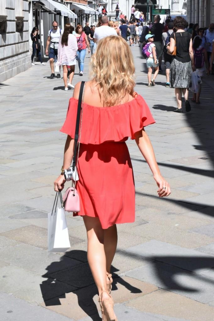 Wenecja ciekawe miejsca czerwona sukienka na wesele odkryte ramiona31