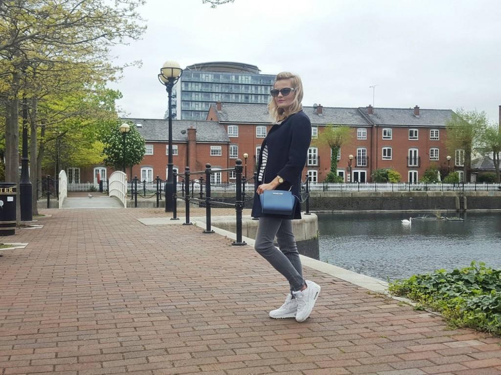 wygodna stylizacja na spacer szare jeansy topshop Manchester blog moda podróże