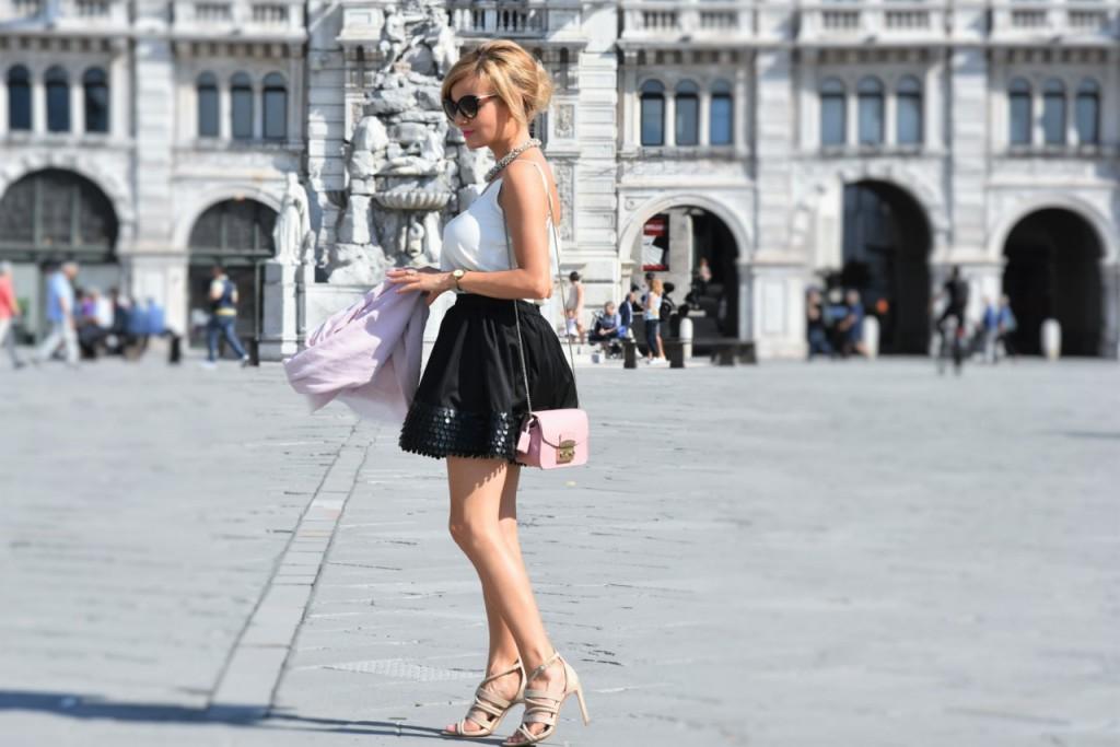 czarna rozkloszowana spódnica i biały top naszyjnik Artelioni10