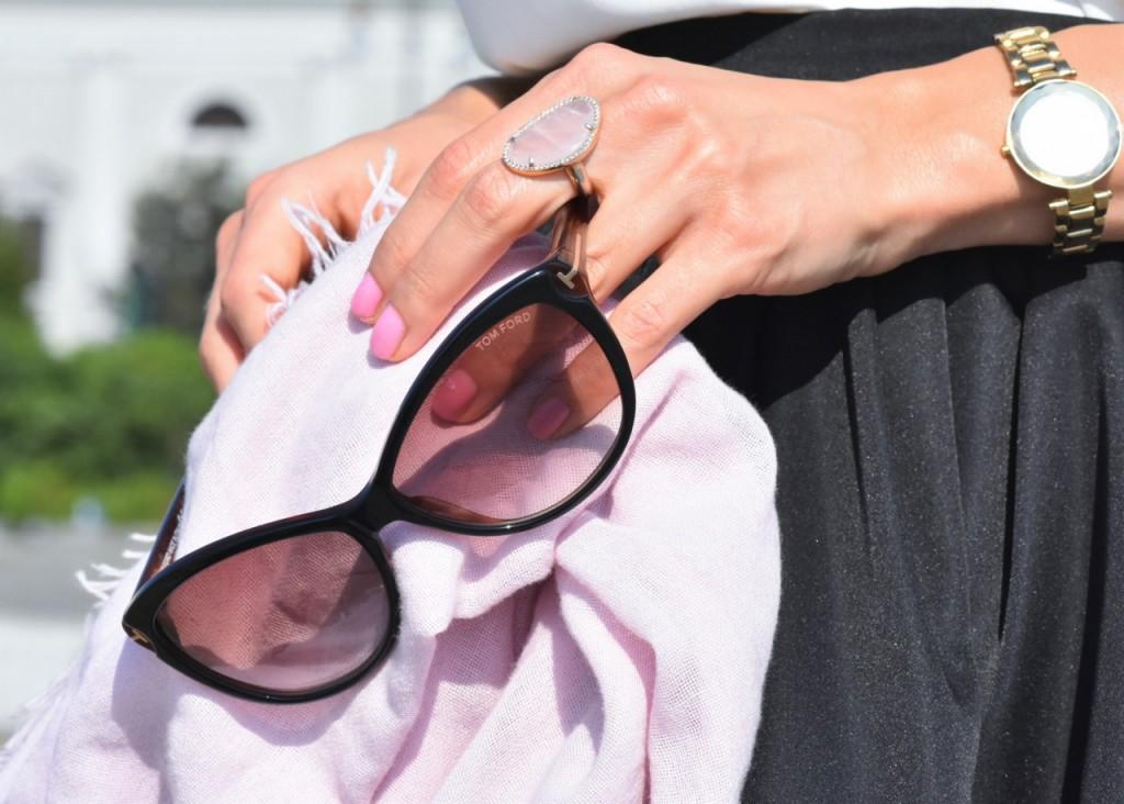 czarna rozkloszowana spódnica i biały top naszyjnik Artelioni16
