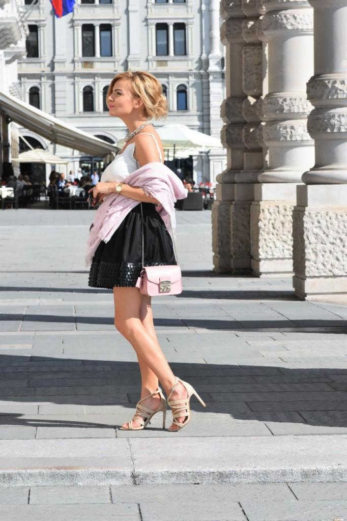 czarna rozkloszowana spódnica i biały top naszyjnik Artelioni19