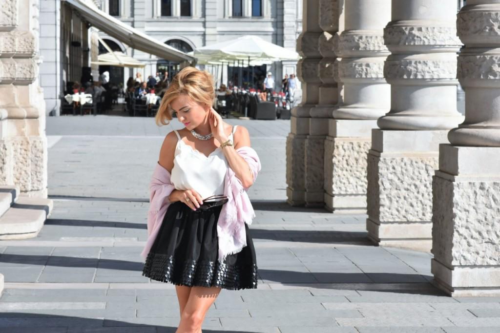 czarna rozkloszowana spódnica i biały top naszyjnik Artelioni20