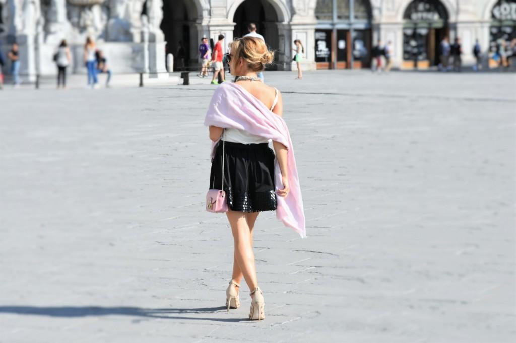 czarna rozkloszowana spódnica i biały top naszyjnik Artelioni31