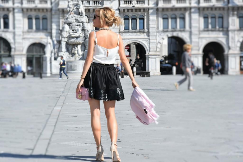 czarna rozkloszowana spódnica i biały top naszyjnik Artelioni9