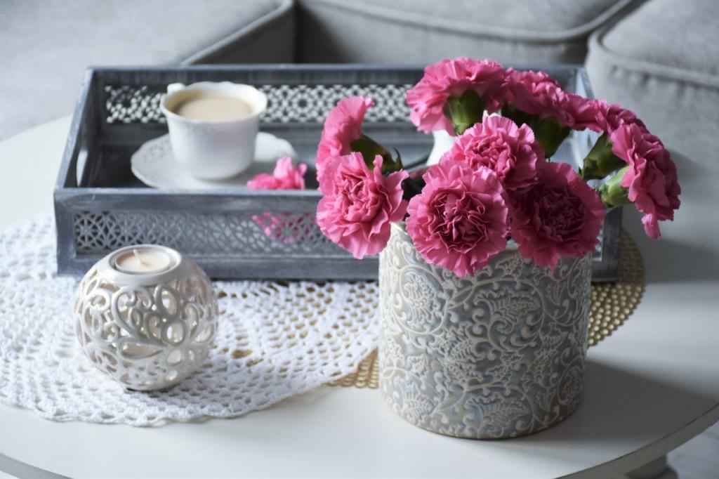 4 kwiaty na stole w doniczce lub wazonie blog wnętrzarski lifestyle ania zając fashionable