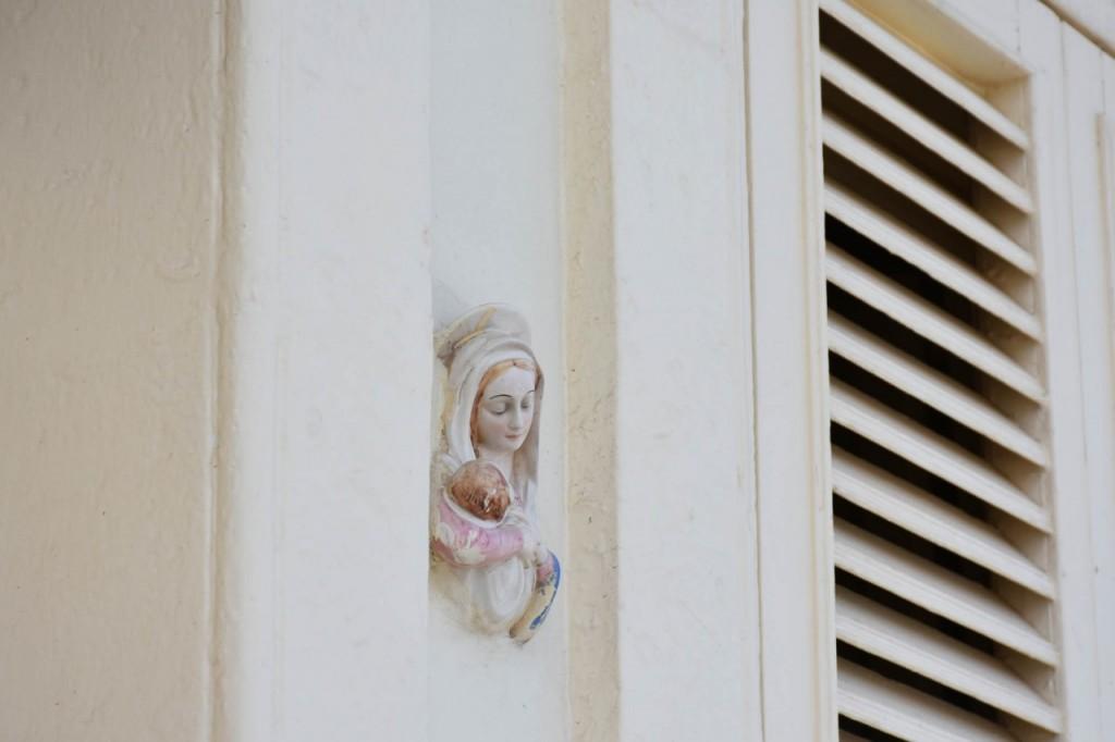 maryja ceramiczna na drzwiach wejsciowych